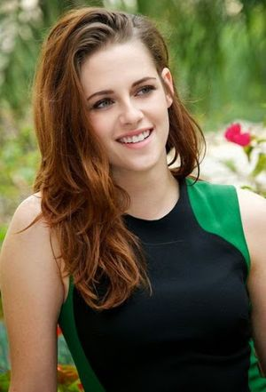 Beautiful and Lovely Kristen Stewart Long Wavy Hairstyle